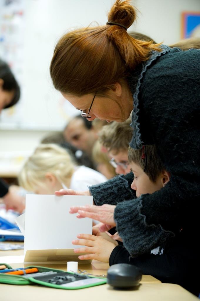 Unterstützung im Fly-Unterricht. Gemeinsam mit Müttern und Vätern lernen. Foto: K. Gerdes