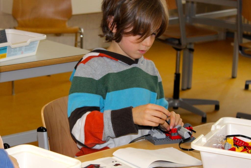 Durch einen Nachmittagskurs angestoßen kommen viele Kinder auch in der Mittagsfreizeit ins Labor um, dort mit Lego kleine Roboter zu bauen.  Fott: K. Gerdes