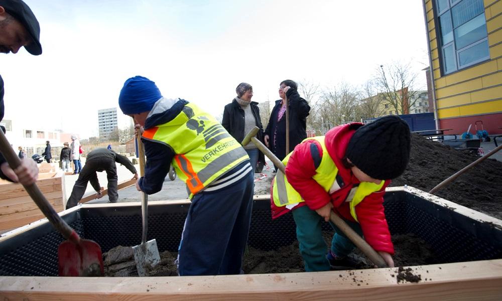 Große und kleine Helfer sorgen dafür, dass die Arbeiten vorankommen. Foto: Karin Gerdes