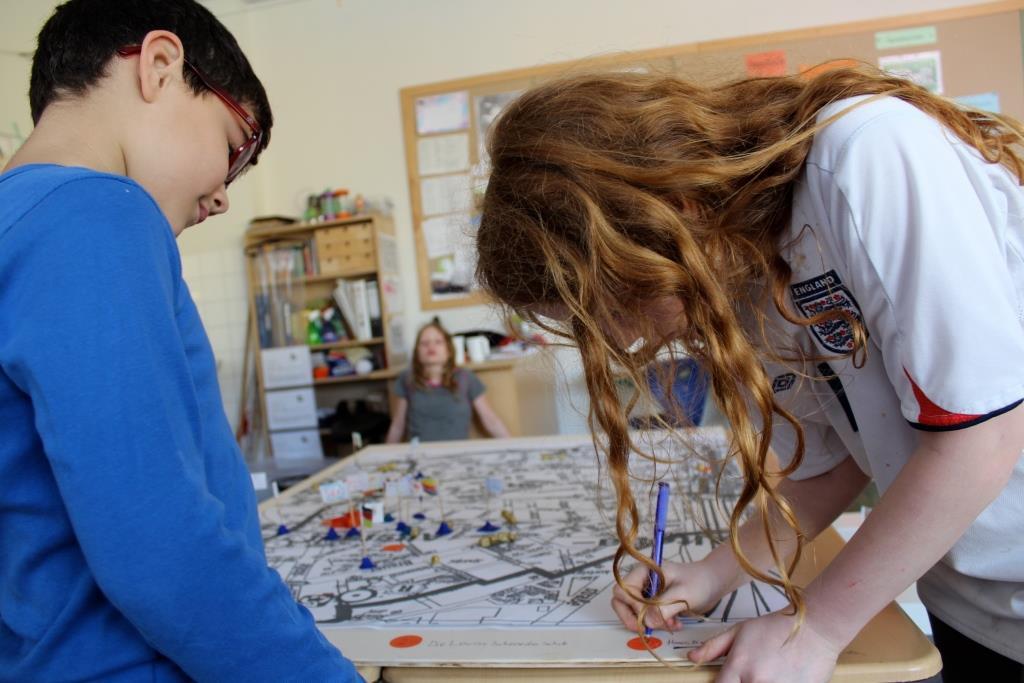 4. und 2.klässler arbeiten gemeinsam an den letzten Details für die Ausstellung.