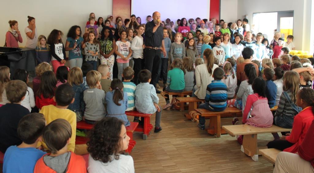 """Das Thema """"gesunde Schule"""" rückt in den Fokus der Entwicklungsarbeit der Louise Schroeder Schule. Passend dazu wurde die Ausgabe der Bio-Brotbox mit Chor und Schulleitung celebriert. Foto: www.qerbeth.de"""