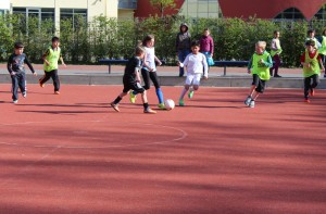 Unser Schulhof bietet mit einem Fußballplatz ideale Bedingungen um sich im Schulsport und in der Pause draußen zu bewegen. Foto: M. Rieger