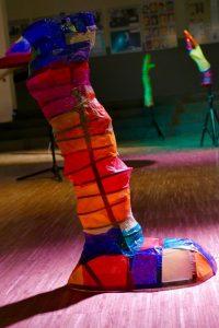 """Die farbenprächtigen Skulpturen, die in dem Stück """"What's going on?"""" als Requisiten eingesetzt wurden, erstellten die SchülerInnen selbst. Foto: S. Ahrens"""