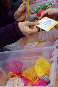 Mit dem Spieleausweis können alle Schüler*innen Spielzeuge und Sportgeräte entleihen. Die Ausgabe regeln derzeit Schüler*innen der 4. Klassen.  Foto: S.Ahrens