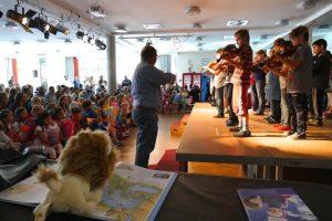 Angeleitet von Musik Lehrer Gino geigen Schüler*innen der 4. Klasse zur Begrüßung. Foto: S. Ahrens
