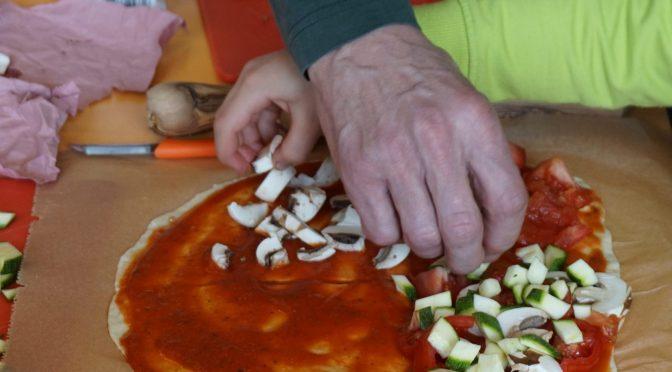 Pizza und Spiele in der Schule