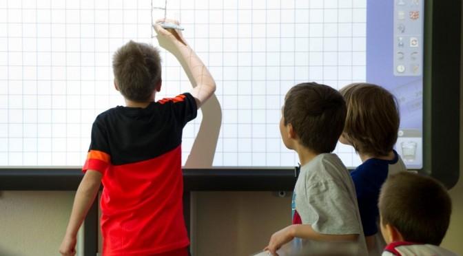 In den meisten Klassen wird inzwischen mit einem interaktiven Whiteboard gearbeitet. Foto: M.Rieger