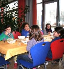 Gemeinsames Essen in der Schulkantine - Foto: M. Rieger