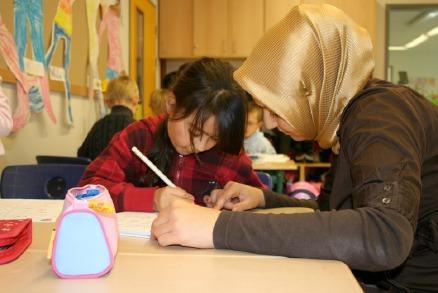Eine Schülerin und ihre Mutter arbeiten im Fly-Unterricht gemeinsam an einer Aufgabe