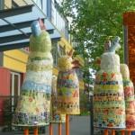 """Die Skulpturengruppe """"Schrägen Vögel"""" schmücken den Haupteingang."""