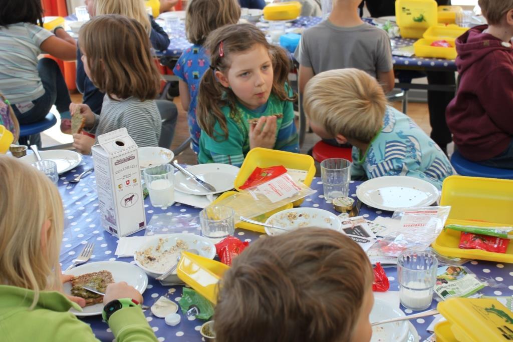 Natürlich sind gesunde Lebensmitteln vielen Kindern sehr bekannt. Die Bio-Brotbox bietet aber immer etwas, dass nicht alle kennen. So wird mutig getestet. Foto: www.querbeth.de