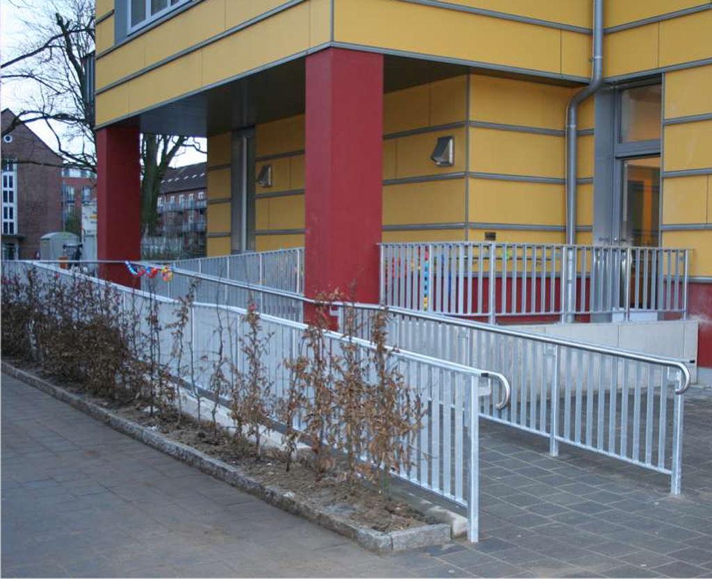 Die Rampe zum Schulhof wurde nachträglich gebaut - Foto: M. Rieger