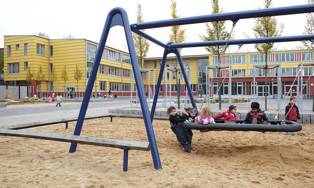 Das Schulgebäude vom Schulhof aus gesehen - Foto: Britta Hüsing im Auftrag des BMBF