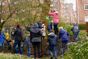 """SchülerInnen und Helfer bereiten die neue Anbaufläche des Schulgartens auf dem Gelände von """"ausblick hamburg"""" vor. Foto: S- Ahrens"""