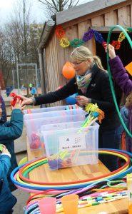 Bei der Eröffnung wurden die 4.Klässler noch tatkräftig von Lehrerinnen unterstützt. Künftig sollen sie diese Aufgabe allein übernehmen.  Foto: S. Ahrens