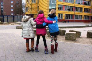 Schüler*innen probieren die neuen Rollschuhe aus dem Speisehaus aus.  Foto: S. Ahrens