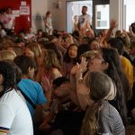 Das Publikum aus vielen Kindern klatscht begeistert.
