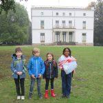 Vier Schüler*innen stehen im Jenischpark. Im Hintergrund ist das Jenischhaus zu sehen.