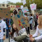 Kinder warten mit ihren Plakaten darauf, dass es losgeht.