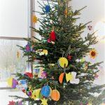 Das Bild zeigt den bunt geschmückten Weihnachtsbaum im Foyer der der Schule.